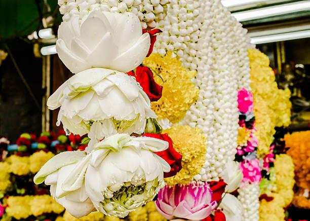 """restaurant """"white lotus"""" bud garland - jasmin party stock-fotos und bilder"""