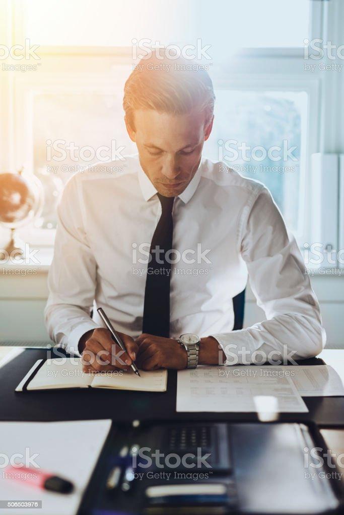 Hombres blancos de trabajo en oficina ejecutiva - foto de stock
