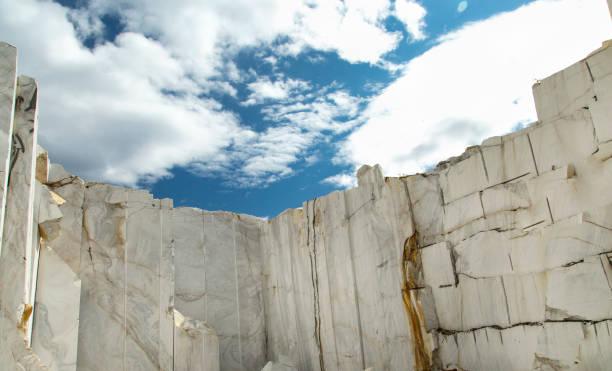 wit marmer quarry onder de blauwe hemel - steengroeve stockfoto's en -beelden