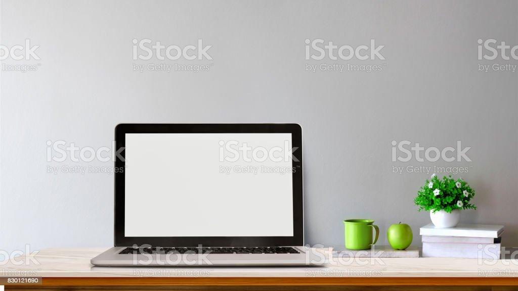 Espace de travail en marbre blanc bureau et ordinateur portable