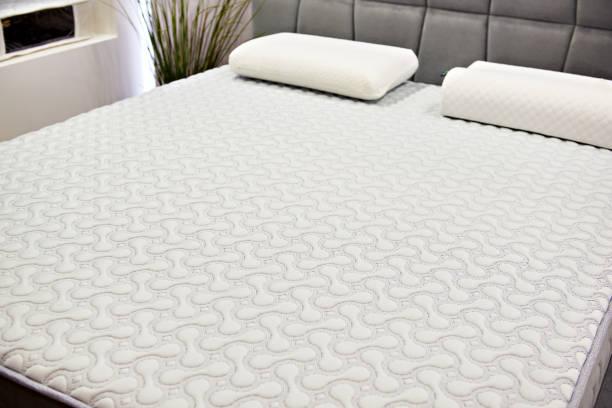 matelas blanc sur lit double - matelas photos et images de collection