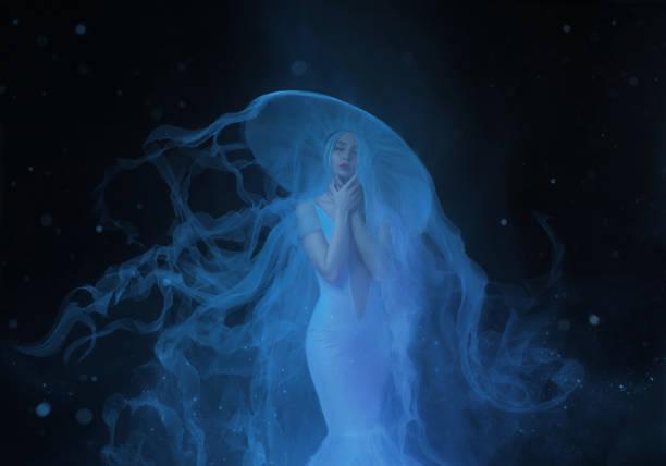 eine weiße nixe mit sehr langen und blaue haare schweben unter wasser. ein ungewöhnliches bild, das heck einer qualle. levitation und schwerelosigkeit. blasse haut, sanfte make-up. kunstfoto - meerjungfrau wellen stock-fotos und bilder