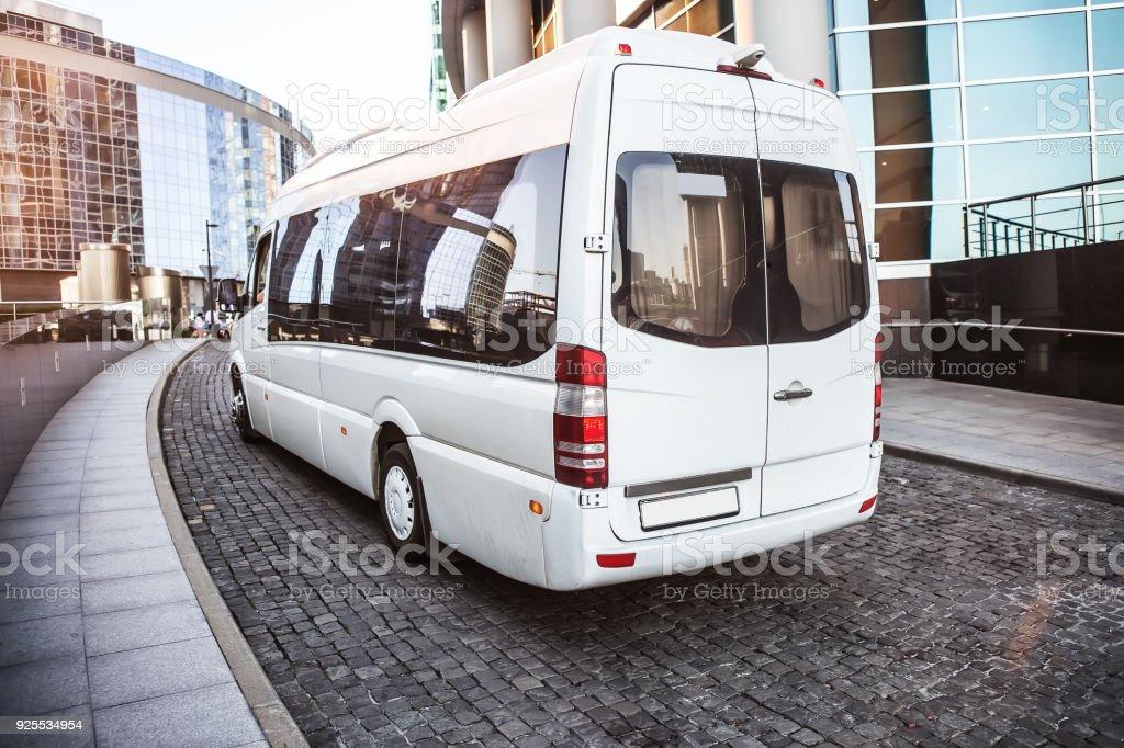 Weiße Mini-Bus auf der Straße bewegt sich – Foto