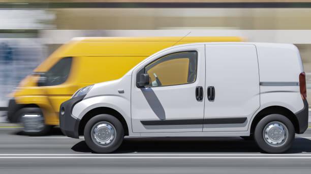 White Mini Van und Yellow Delivery Van auf der Main Street in der Tageszeit – Foto
