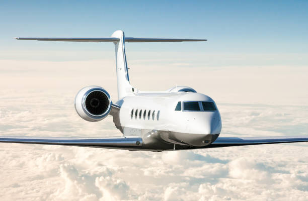Weißer moderner Luxus-Business-Jet fliegt in der Luft über den Wolken. Nahansicht von Firmenflugzeugen – Foto