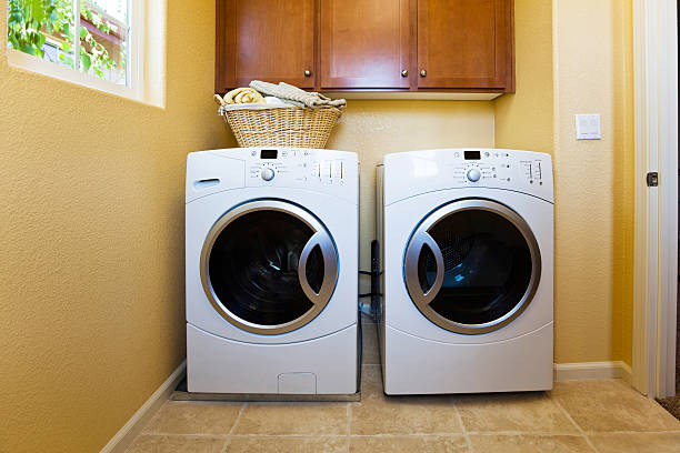 ホワイトのモダンな洗濯機と乾燥機をそろえ、ご自宅でのランドリールーム。 - 衣類乾燥機 ストックフォトと画像