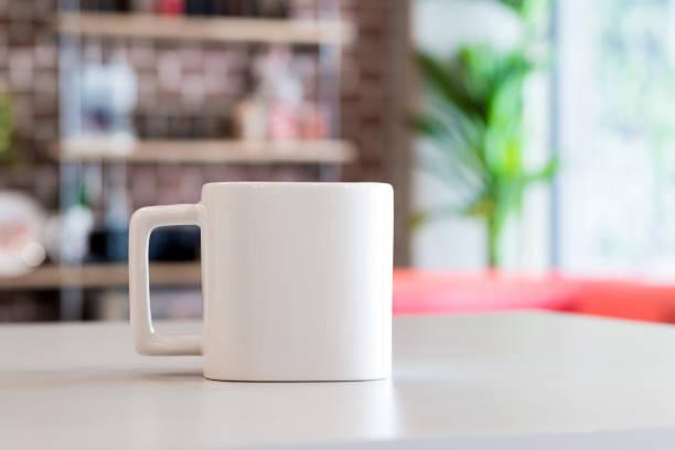 weiße tasse am morgen rechtzeitig im büro raumhintergrund. tasse leer trinken für ihr design. quadratische form. - porzellan druck stock-fotos und bilder