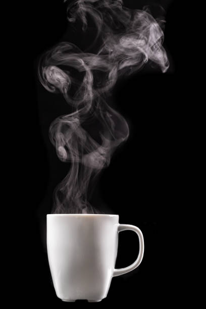 温かい飲み物と蒸気の白いマグカップ。暗いテーブルの上でおいしいホットコーヒー。黒の背景。 - 湯気 ストックフォトと画像