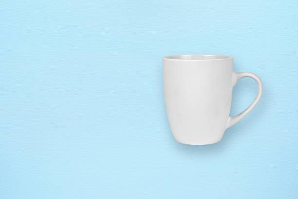 white mug on blue background - design plat photos et images de collection