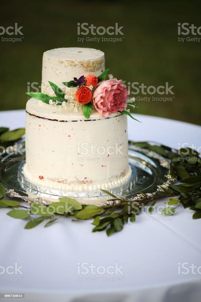 Photo Libre De Droit De Nu Blanc En Couches De Gâteau De Mariage Avec Rose Pivoine Et Roses Sur Un Plateau Dargent Banque Dimages Et Plus Dimages