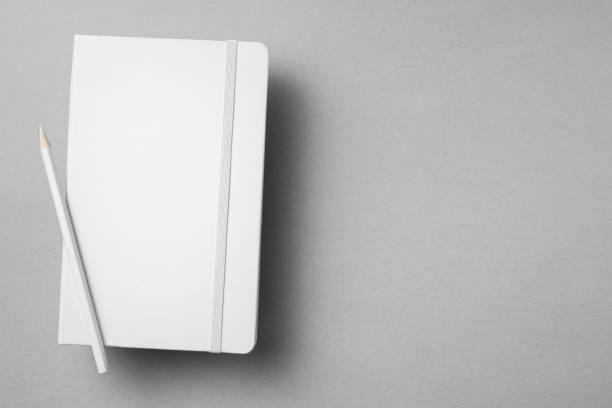 Weißes Notebook auf grauem Hintergrund isoliert – Foto