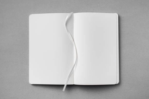 weißes notebook auf grauem hintergrund isoliert - bandanzeige stock-fotos und bilder