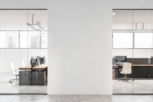 モックアップウォール付きホワイトオフィスインテリア - オフィス ストックフォトと画像