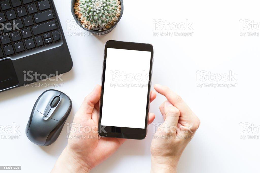 weißer Bürotisch mit Büromaterial und Handy mit leerer weißer Bildschirm – Foto