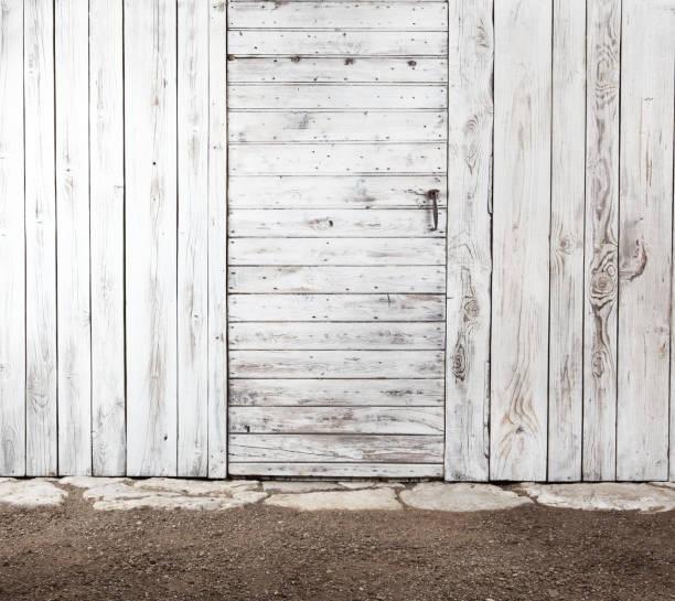 weiße alte schäbige holztür in alter holzwand, außen der geräteschuppen für gemüsegarten, kopie speicherplatz leeren vorlagenhintergrund - schuppen türen stock-fotos und bilder