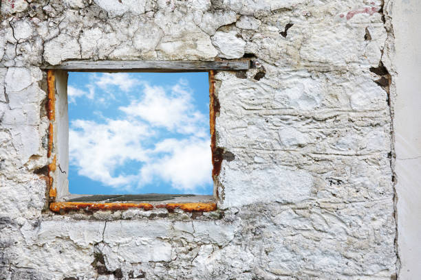 weiße alte steinmauer mit blauem himmel und wolkenfenster. konzept der befreiung und freiheit. - neuanfang nach trennung stock-fotos und bilder