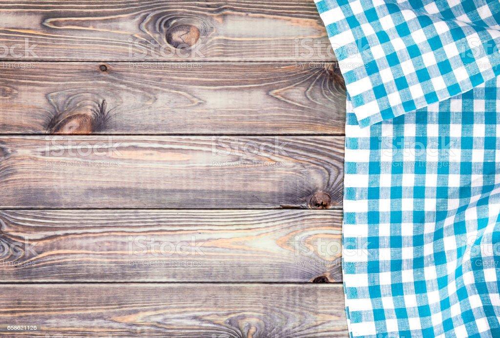 Weißer alter Holztisch mit blau karierte Tischdecke, Ansicht von oben mit Textfreiraum – Foto