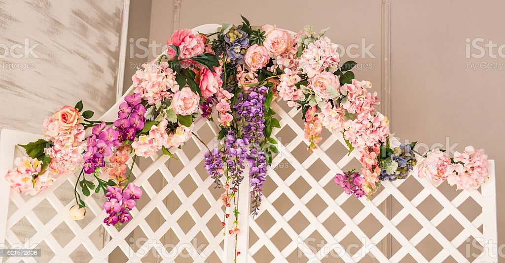 White old-fashioned folding screen decorated flowers photo libre de droits
