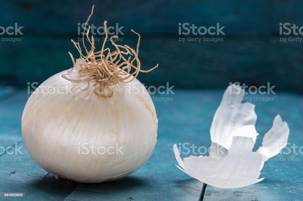 Weiße Zwiebel auf Benzin-farbigen hölzernen Hintergrund – Foto
