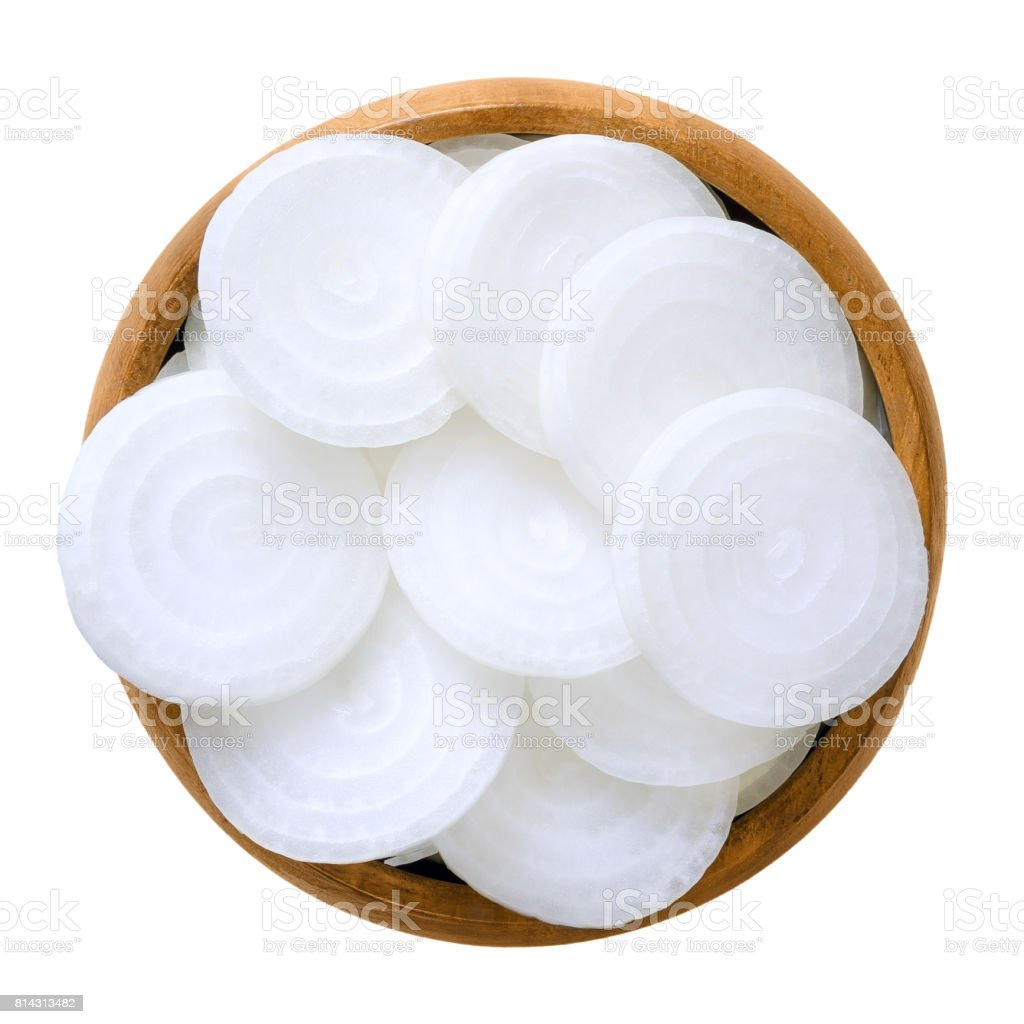 Fatias de cebola branca em uma tigela de madeira sobre branco - foto de acervo