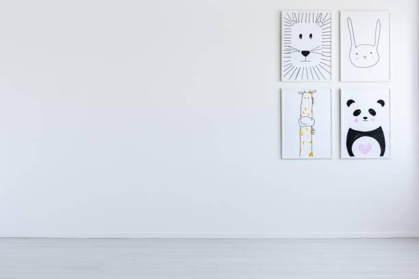 weiße offenen innenraum mit zeichnungen - kinderzimmer wand stock-fotos und bilder