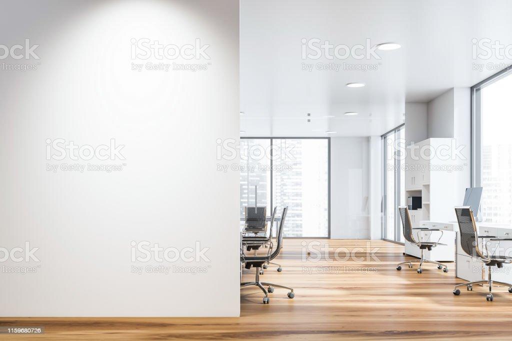 白色開放空間辦公室與類比牆 - 免版稅乾淨圖庫照片