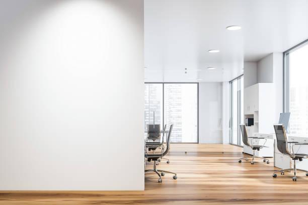 白色開放空間辦公室與類比牆 - 無人 個照片及圖片檔