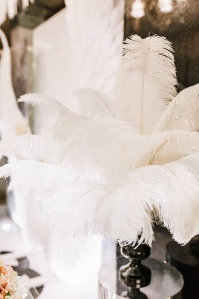 weißer strauß feder hochzeitsdekoration des restaurants - hochzeits thema hollywood stock-fotos und bilder