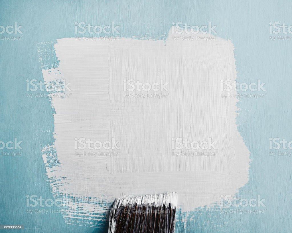 Amostra de tinta branca pintada na parede azul - foto de acervo