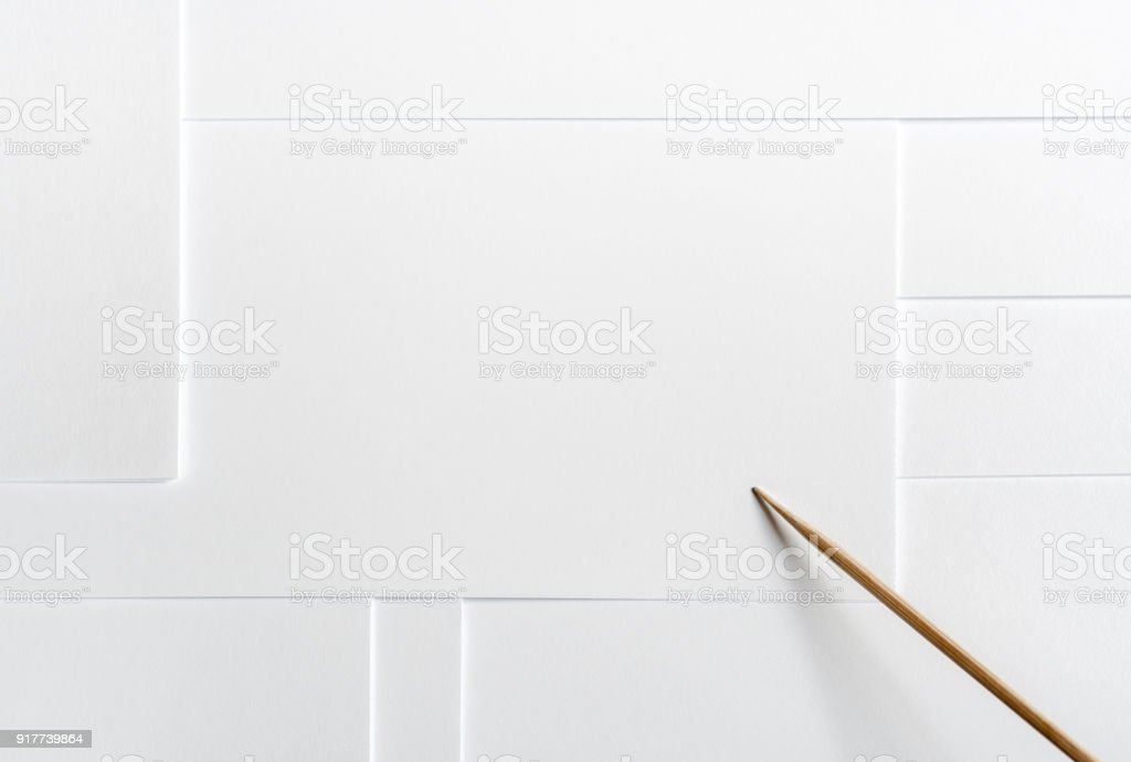 Livre blanc minimaliste disposition vierge avec espace de copie et un pointeur en bois. - Photo