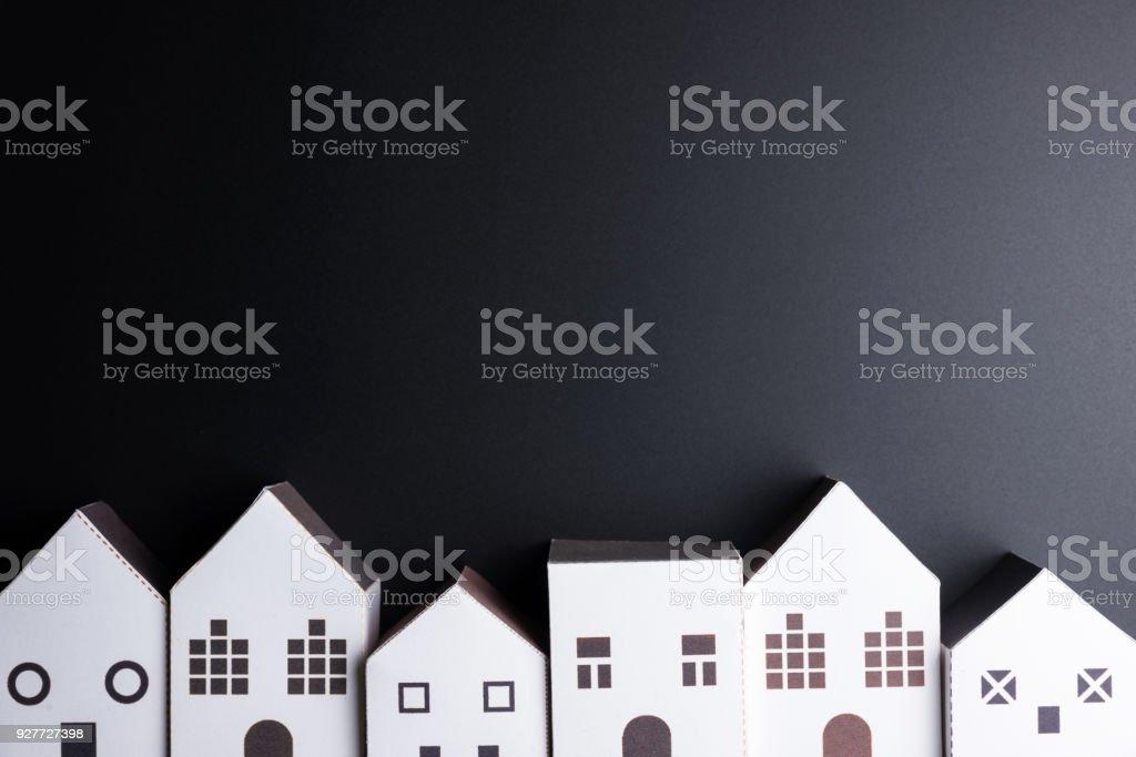 Weiße Haus Papierspielzeug auf schwarzem Hintergrund mit Textfreiraum. Immobilien-Konzept, neues Haus-Konzept, Finanzierung-Darlehen-Business-Konzept. – Foto
