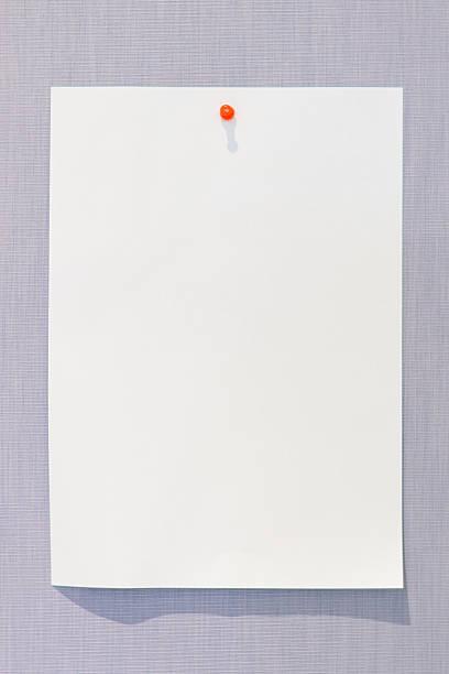 livre blanc sur le clavier avec épingle orange - épingler photos et images de collection