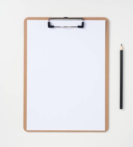Weißes Papier auf Zwischenablage isoliert im Hintergrund – Foto