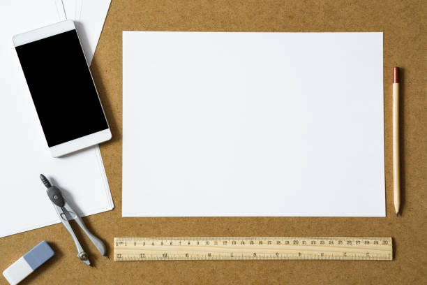 weißes papier mit bleistift, lineal, zeichnung kompass, radiergummi und smartphone auf dem arbeitstisch. architekturkonzept. leeren platz für ein unentschieden oder text. - unterrichtsplanung vorlagen stock-fotos und bilder
