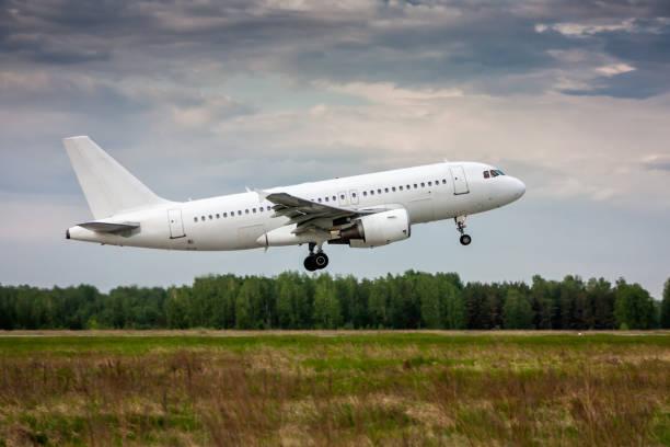 Weißes Passagierflugzeug in der Luft beim Start – Foto