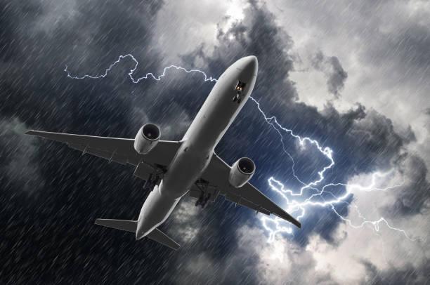 白色的雨,天氣惡劣雷暴期間客運飛機著陸。 - 亂流 個照片及圖片檔