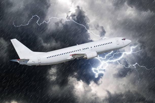 白人乘客飛機起飛的雨,天氣雷雨 - 亂流 個照片及圖片檔