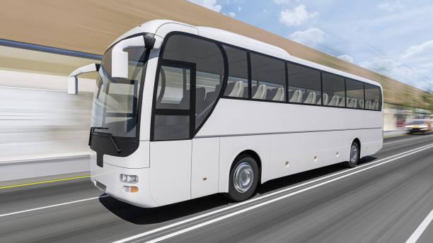 Weißer Reisebus fährt bei Tageslicht auf der Straße – Foto