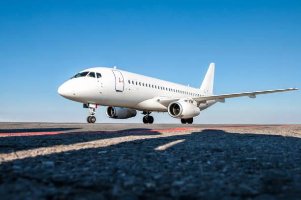 Weißer Passagierflugzeug auf dem Flughafenvorplatz – Foto
