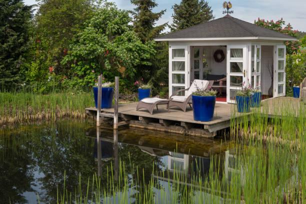 white pavilion and terrace near pond in a garden - staw woda stojąca zdjęcia i obrazy z banku zdjęć