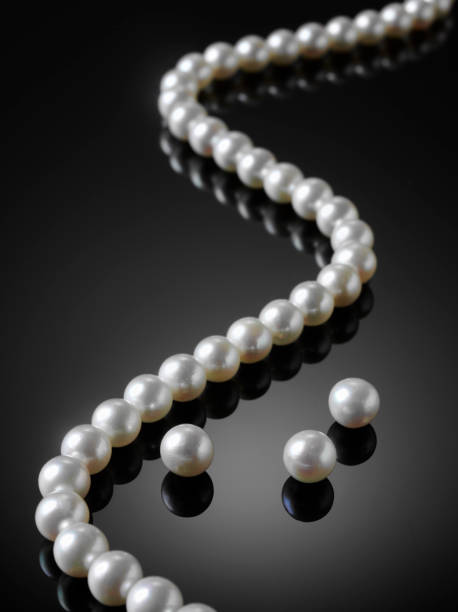 4d6005e6cdbddc Top 60 White Pearl Necklace On Dark Background Jewelry Stock Photos ...