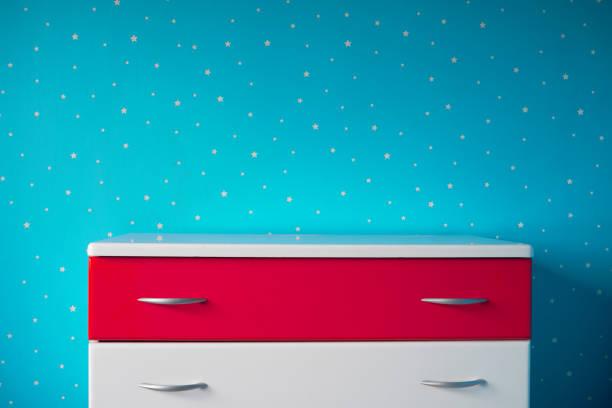pedestal blanco en la hermosa habitación estrellada azul - foto de stock