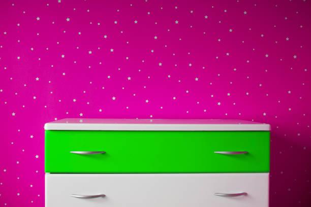 pedestal blanco en la hermosa habitación estrellada - foto de stock