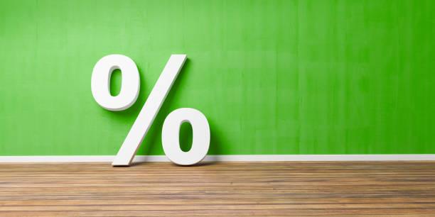 Weiße Prozent Zeichen auf braunen Holzboden gegen grüne Wand - Verkauf Konzept - 3D-Illustration – Foto