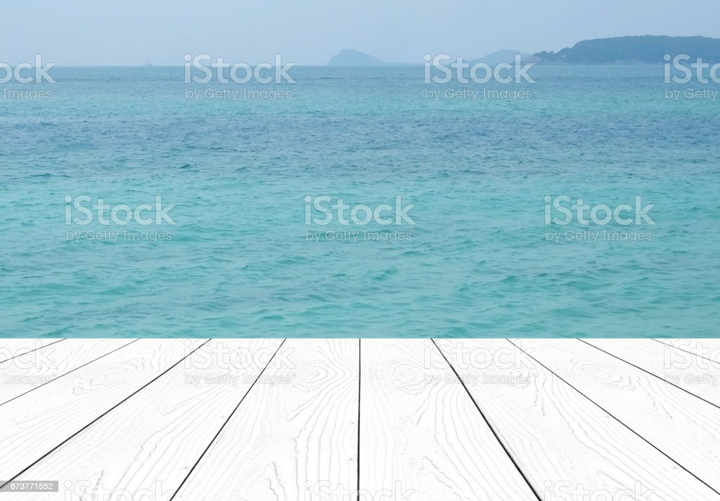 White perspective wood over sea and blue sky background, product display montage, template photo libre de droits