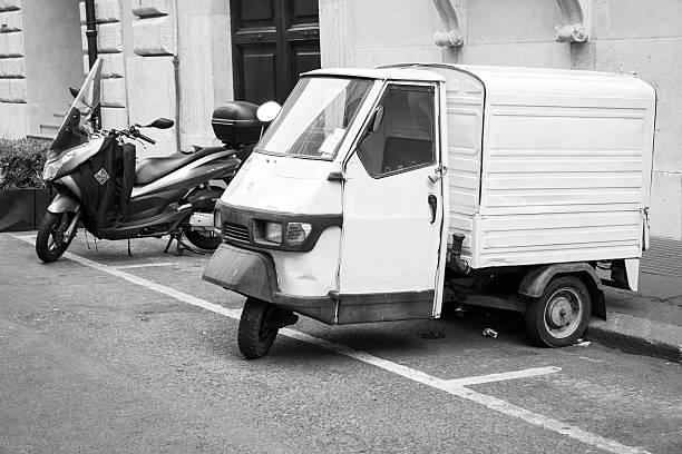 Bianco Piaggio APE 50 Van è parcheggiata - foto stock
