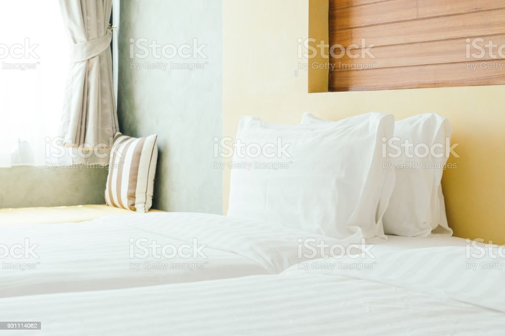 Yatakta beyaz yastık - Royalty-free Dekorasyon Stok görsel