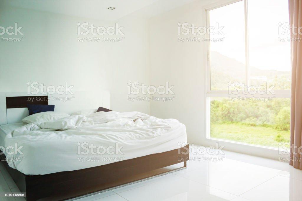 Weißen Kissen Weißen Decke Und Weißes Handtuch Auf Dem Bett ...