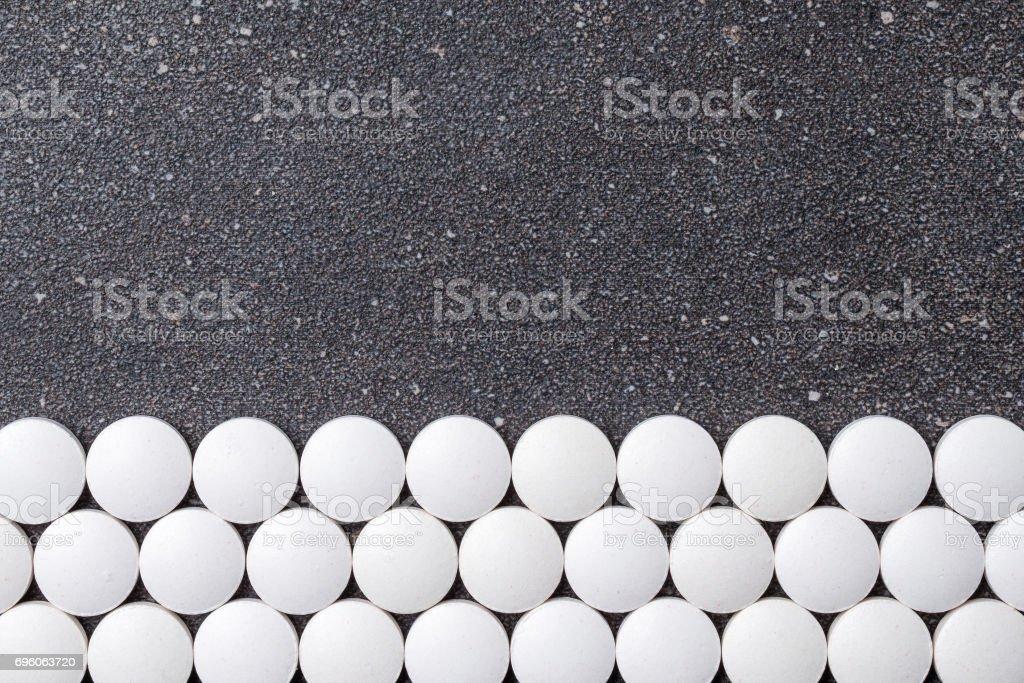 Pastillas blancas sobre fondo de piedra. - foto de stock