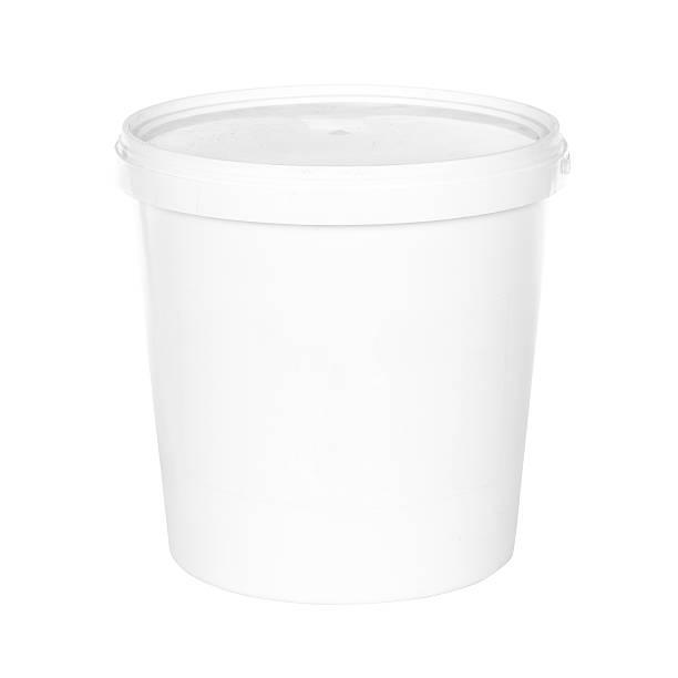 weiße kunststoff-eimer mit deckel auf weißer hintergrund - kunststoff behälter bemalen streichen stock-fotos und bilder